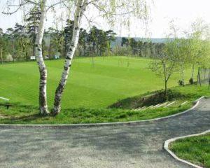 Fotbalové hřiště a cesta